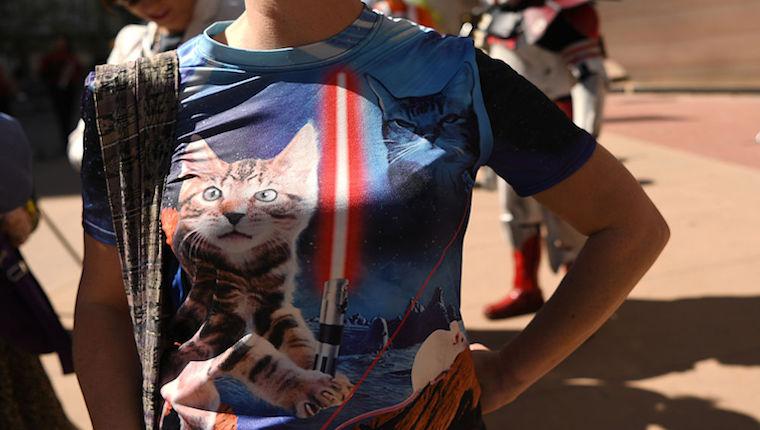 Mujer con camiseta de gato de Star Wars